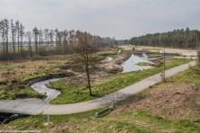 rzeka przecięta mostem w parku rzeźb w billund