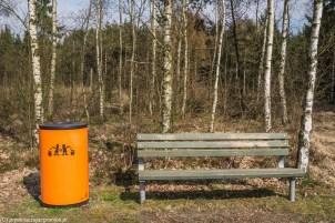 ławka i kosz na śmieci w parku rzeźb w billund
