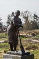 rzeźba przedstawiająca odpoczywającą kobietę z łopatą w billund