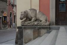 rzeźba kamiennego mieszka na warszawskiej starówce