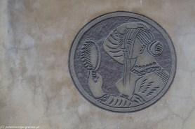 okrągłe zdobienie elewacji kamienicy