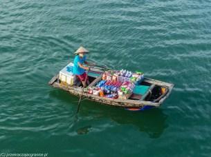 sprzedawca w sklepie na łodzi w ha long bay
