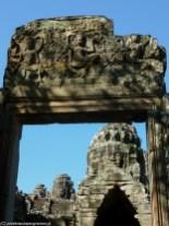 ruiny bramy i świątyni w angkor wat