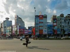 wysokie wąskie budynki w hanoi