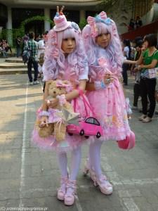 dziewczyny w kolorowym przebraniu i perukach w hanoi