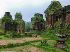 ruiny świątyni pokrytej roślinnością w my son
