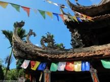 kolorowy dach świątyni w Wietnamie