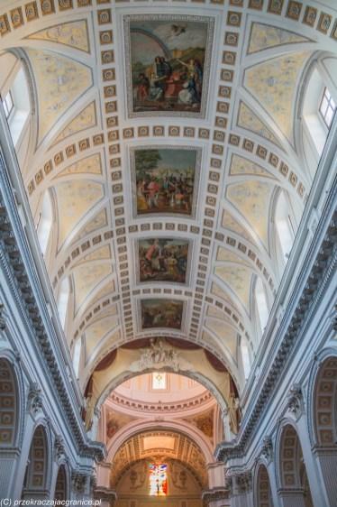 caltagirone - sufit kościoła ozdobiony freskami