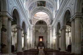 caltagirone - główna nawa w kościele