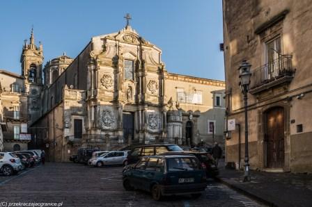 caltagirone - stary kościół o surowym wyglądzie