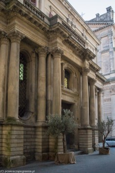 front budynku z kolumnami