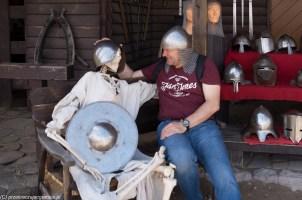podsumowanie maja - szkielet i mężczyzna w hełmie rycerskim