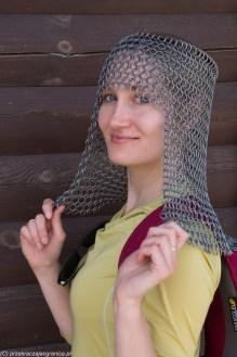 kobieta w kolczudze na głowie