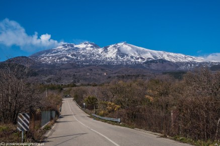 wulkan etna - droga w kierunku ośnieżonych gór