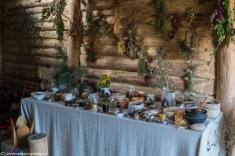 podsumowanie maja - stół z różnymi ziołami i miksturami zielarskimi