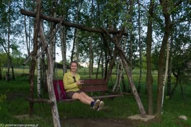 kobieta na drewnianej huśtawce