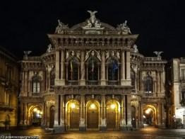 pięknie podświetlony budynek teatru