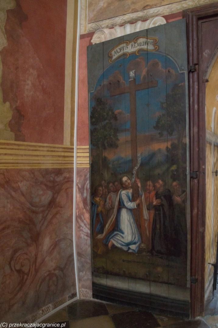 wrota do kościoła z namalowaną sceną religijną