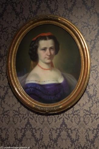 portret kobiety malowany w ramie okrągłej suwałki