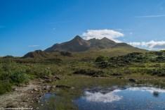 widok na wysokie skaliste szczyty górskie