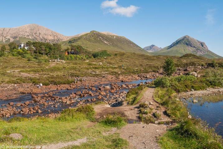 krajobraz górski z rzeką z frontu