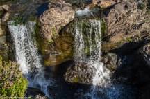 dwa niewielkie wodospady