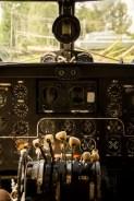 zegary i dźwignie w kokpicie samolotu