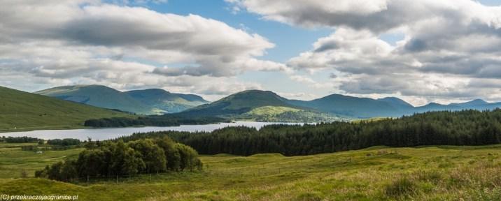 panorama równiny z licznymi szczytami górskimi w tle