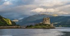 kamienny zamek położony na wyspie i połączony z lądem kamiennym mostem