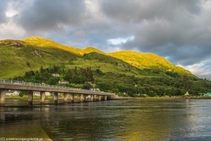 most w górach nad jeziorem