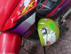 hanoi - czerwony skuter i zielony kask