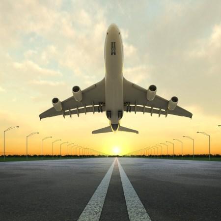 startujący boeing z lotniska modlin
