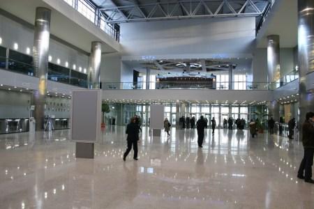 nowoczesne lotnisko modlin obsługujące tysiące pasażerów