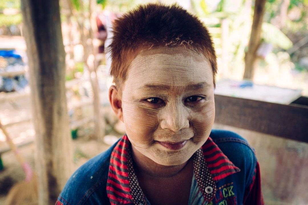 Thanaka, czyli maź zkory. Doskonale zabezpiecza przedsłońcem