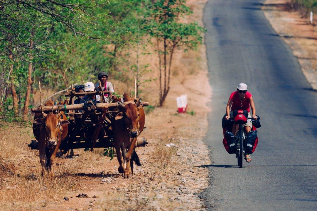 Typowy obrazek zdrogi wMyanmarze. Niedzieje się wiele
