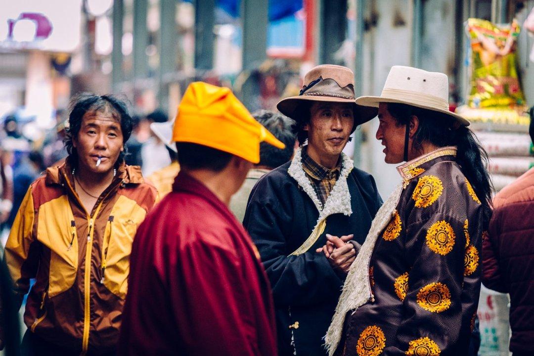 Litang wTybetańskim Regionie Autonomicznym. Zmieniają się twarze, zmienia się kultura, zmienia się język. Tutaj nawet nasz chiński translator niedawał rady.