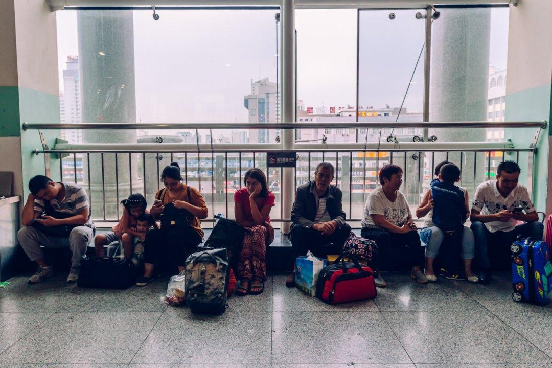 W chińskim pociągu inadworcach spędziliśmy wsumie ponad trzy doby. Szans naprzejechanie całej trasy rowerem niebyło, alenieżałujemy, bo jazda pociągiem toteż całkiem spore przeżycie itemat naosobny wpis.