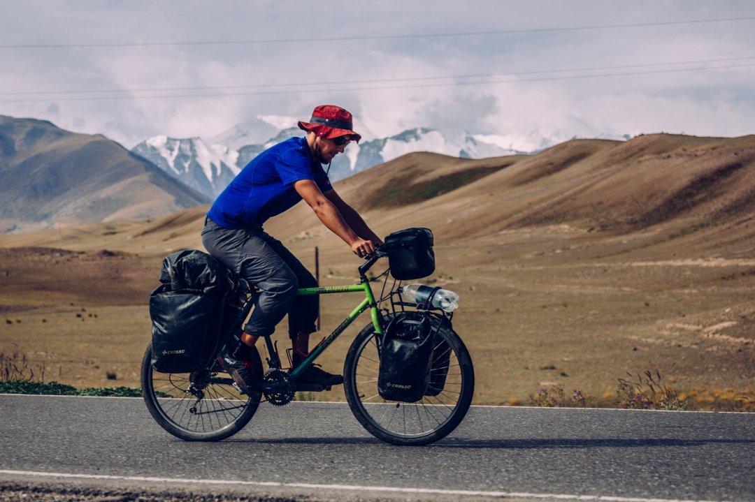 Dzień pierwszy. Poidealnie gładkiej drodze wspinamy się napierwszą trzytysięczną przełęcz. Zakilkadziesiąt kilometrów dotrzemy doSary Tash, gdzie nasza droga łączy się zesłynną Pamir Highway.