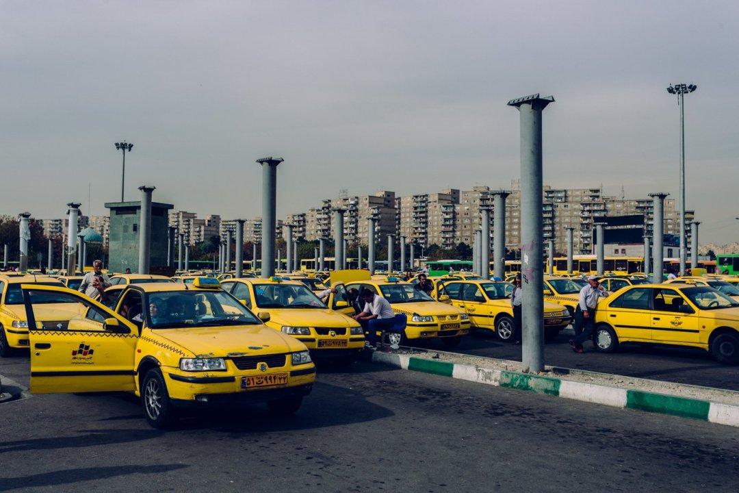 Żółte taksówki są wszędzie, mkną jak strzała ulicami, ajak niemkną tostoją wkorkach. Korki tonieodłączny element teherańskiego krajobrazu.