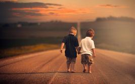 amigos duas crianças de mãos dadas