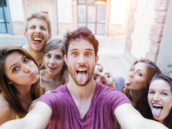 amigos fazendo selfie
