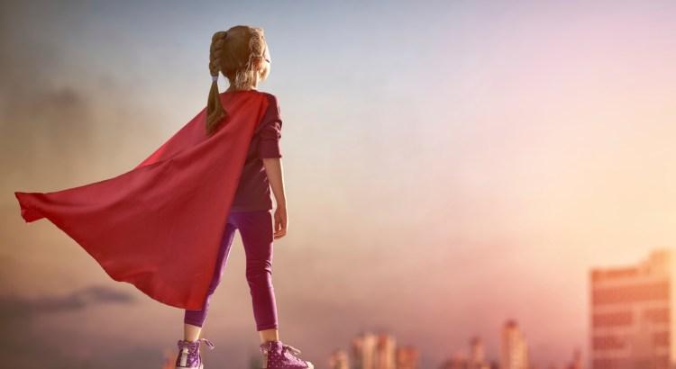 igualdade de genero, criança com capa de super-homem, super-herói, menina super-herói, menino super-herói