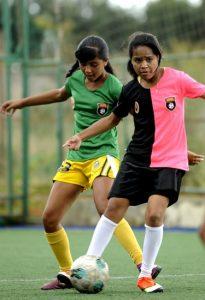 meninas jogando futebol, meninas brincando, crianças jogando futebol, futebol, bola