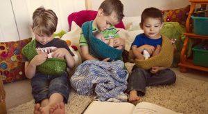 menino brincando de boneca, sling, menino, garoto, crianças brincando de boneca, crianças