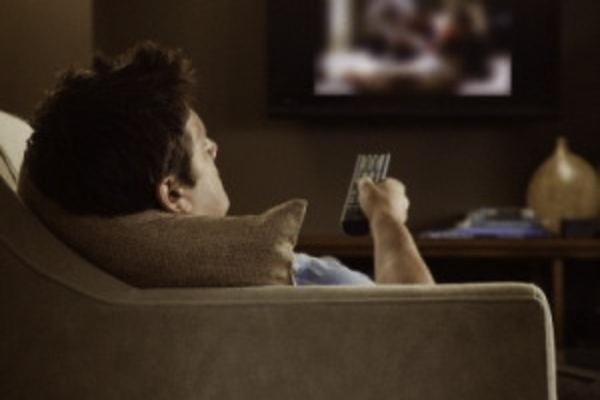 procrastinação, auto-sabotagem, preguiça, pessoa vendo tv