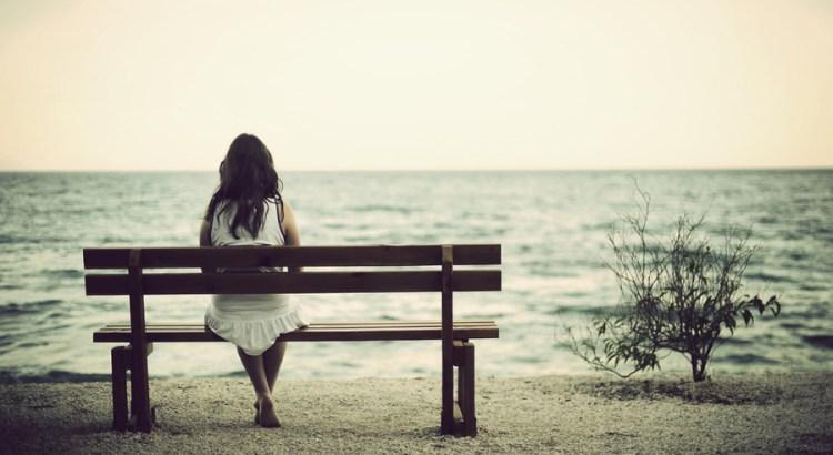 o que poderia ter sido, gratidão, pensamento, refletir, pessoa sentada olhando mar