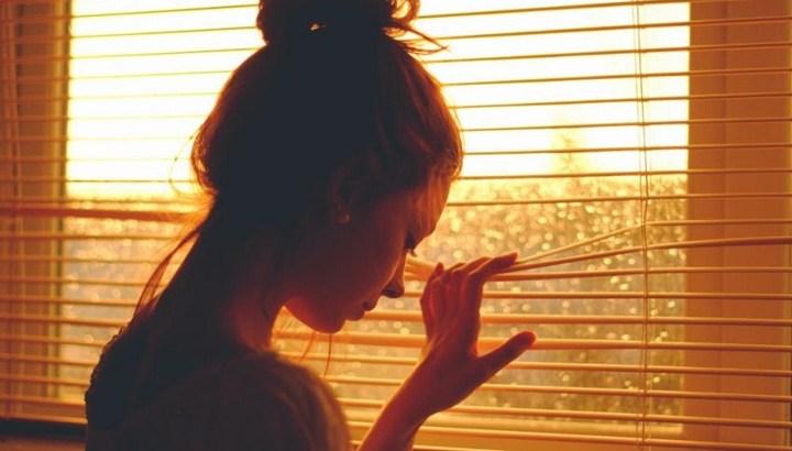 quando as coisas parecem não ter sentido, pessoa triste, pessoa na janela, vida sem sentido