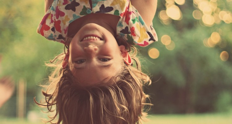 felicidade eudaimónica e hedónica, bem estar, criança sorrindo, criança feliz