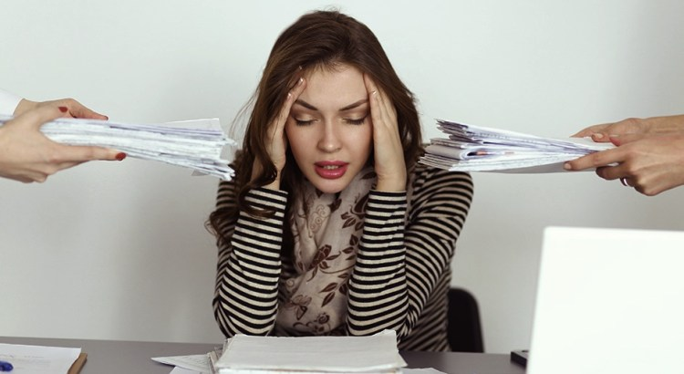 trabalho, insatisfação no trabalho, pessoa cansada, pessoa insatisfeita, mulher cansada