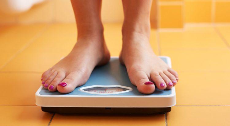 bariátrica, pessoa na balança, pessoa se pesando